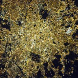 פריז כפי שצולמה מתחנת החלל הבינלאומית, אפריל 2015. NASA