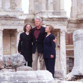 הנשיא קלינטון, הילרי קלינטון ובתם צ'לסי בספריית קלסוס באפסוס, טורקיה, נובמבר 1999 // Dirck Halstead/Getty Images Israel