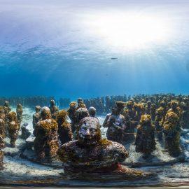 פסלים של ג׳ייסון דה-קיירס טיילור במוזיאון התת-ימי באיסלה מוחרס, מקסיקו, 2013, באדיבות Underwater Earth / XL Catlin Seaview Survey
