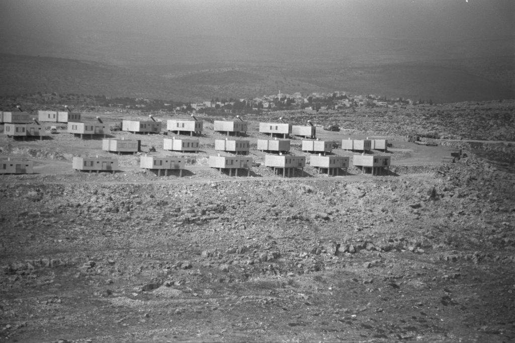 """יחידות דיור חדשות בקריית נטפים, יוני 1983 (צילום: נתי הרניק, לע""""מ)"""