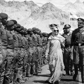 אינדירה גנדי, ראש ממשלת הודו, סוקרת מסדר צבאי, 1980 (Universal History Archive/ Universal Images Group via Getty Images)