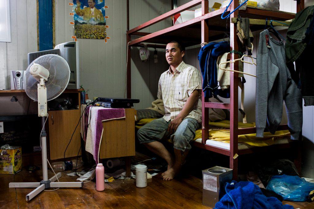 עובד תאילנדי במגוריו במושב פרזון, נובמבר 2013 (יותם רונן / אקטיבסטילס)