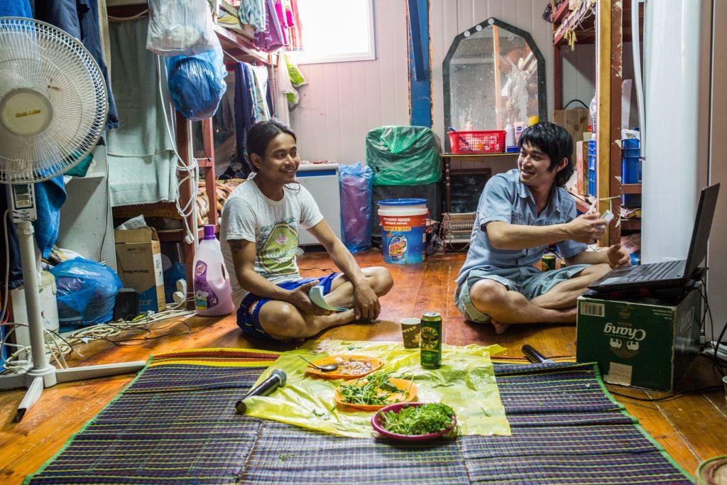 עובדים תאילנדים במגוריהם במושב פרזון, נובמבר 2013 (יותם רונן / אקטיבסטילס)