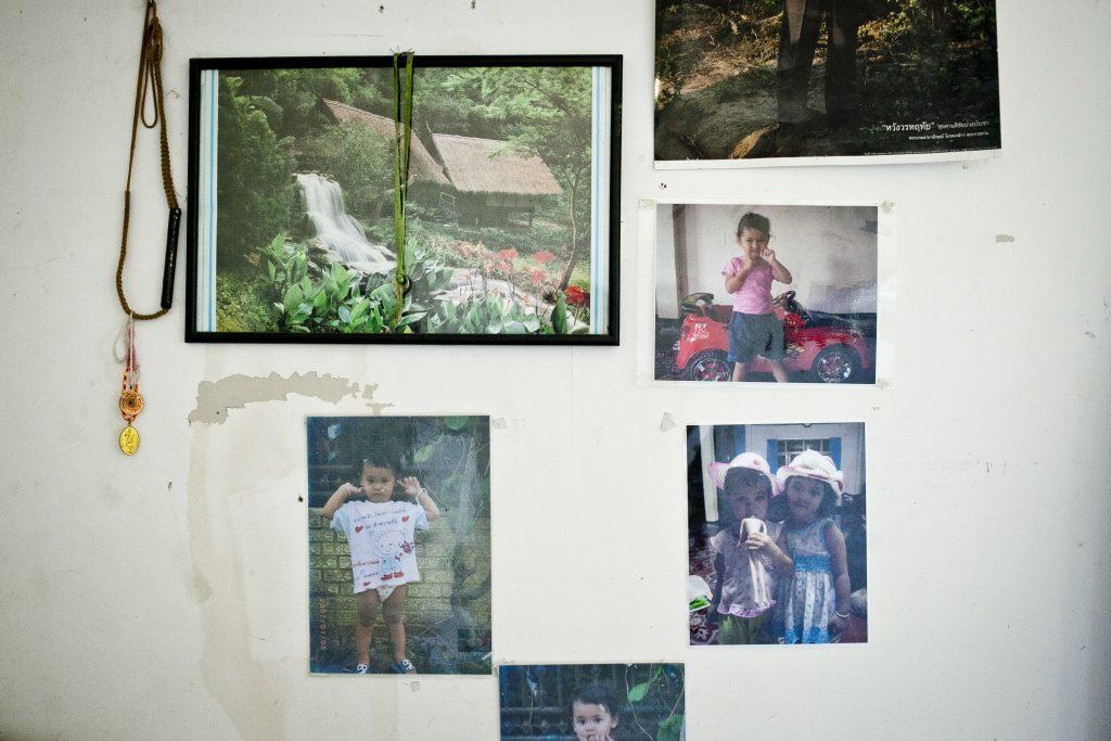 תמונות על קיר בחדר מגורים של עובדים תאילנדים בכפר ורבורג, אוגוסט 2013 (שירז גרינבאום / אקטיבסטילס)
