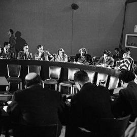 """מסיבת עיתונאים לאחר השלמת ניסוחה של """"ההכרזה לכל באי עולם בדבר זכויות האדם"""", בהשתתפות אלינור רוזוולט והדיפלומט הלבנוני שארל מאליכ, ממובילי המהלך, פריז, דצמבר 1948 (UN Photo)"""