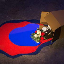 """רוני וייס, """"אגרטל"""", יציקת גבס של קופסת קרטון, לבד, אגרטל, פרחים, זכוכית, 2016"""