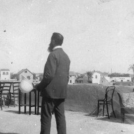 """תיאודור הרצל על גג ביפו בתצלום ששימש לשחזור רגע המפגש עם הקיסר וילהלם השני ליד מקווה ישראל, 1898 (לע""""מ)"""