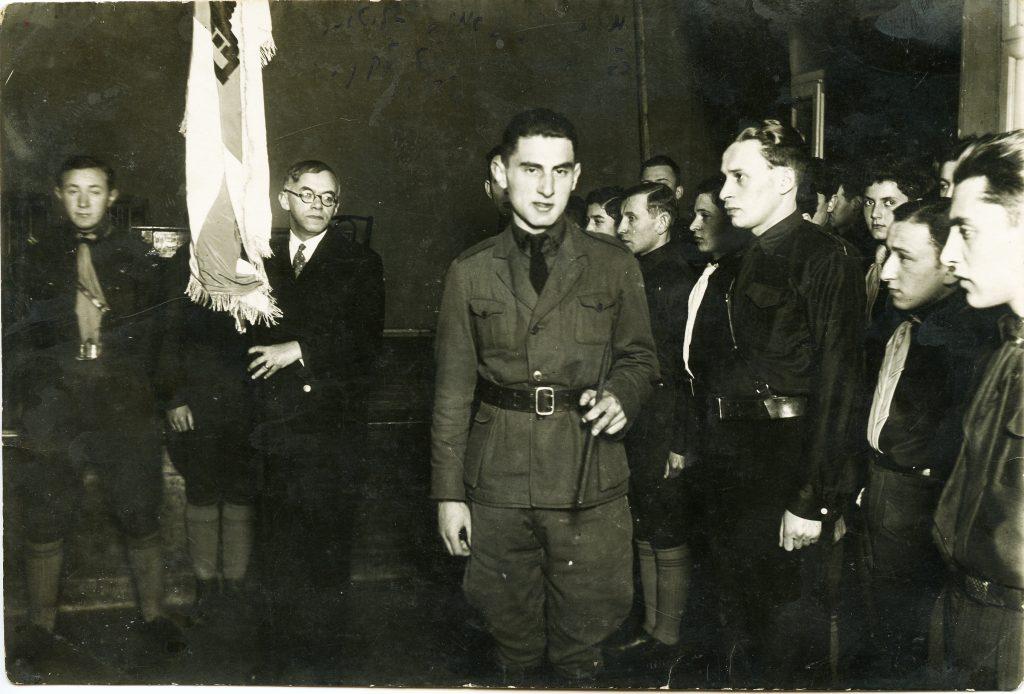"""ז'בוטינסקי בקן בית""""ר קובנה במסדר מסירת דגל, ליטא, 1933 (באדיבות ארכיון מכון ז'בוטינסקי)"""