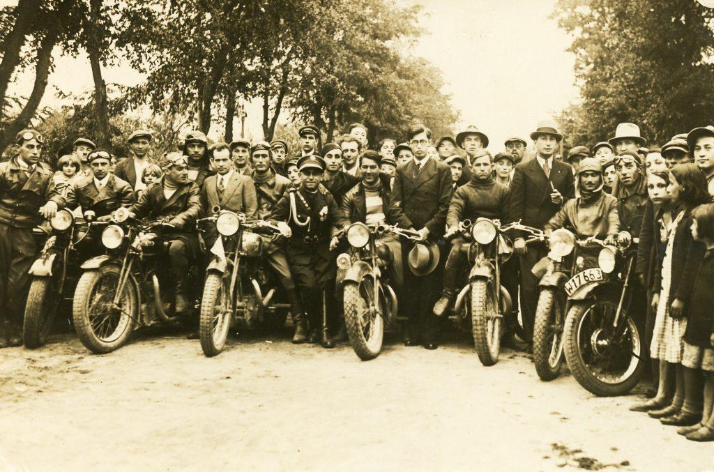 """קבלת פנים מטעם בית""""ר פולין לקבוצת אופנוענים מארץ ישראל, ורשה, 1934 (באדיבות ארכיון מכון ז'בוטינסקי)"""