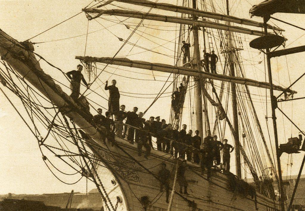 """חניכי בית""""ר על סיפונה של ספינת האימונים שרה א' בבית הספר הימי בצ'יוויטווקיה, 1935 (באדיבות ארכיון מכון ז'בוטינסקי)"""