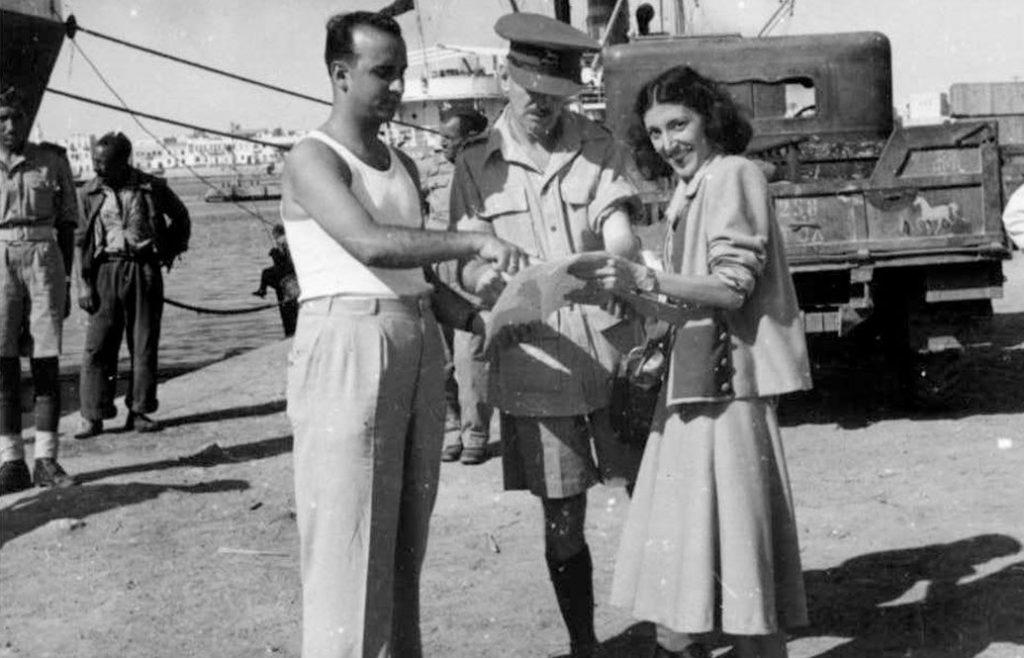 בדיקת מסמכים לפני העלייה לאונייה בדרך לישראל, לוב (מרכז מורשת יהדות לוב באור יהודה)