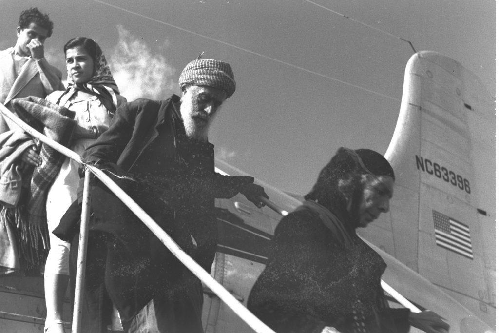 """עולים מעיראק יורדים ממטוס בנמל התעופה בלוד, 1950 (הנס פין, לע""""מ)"""