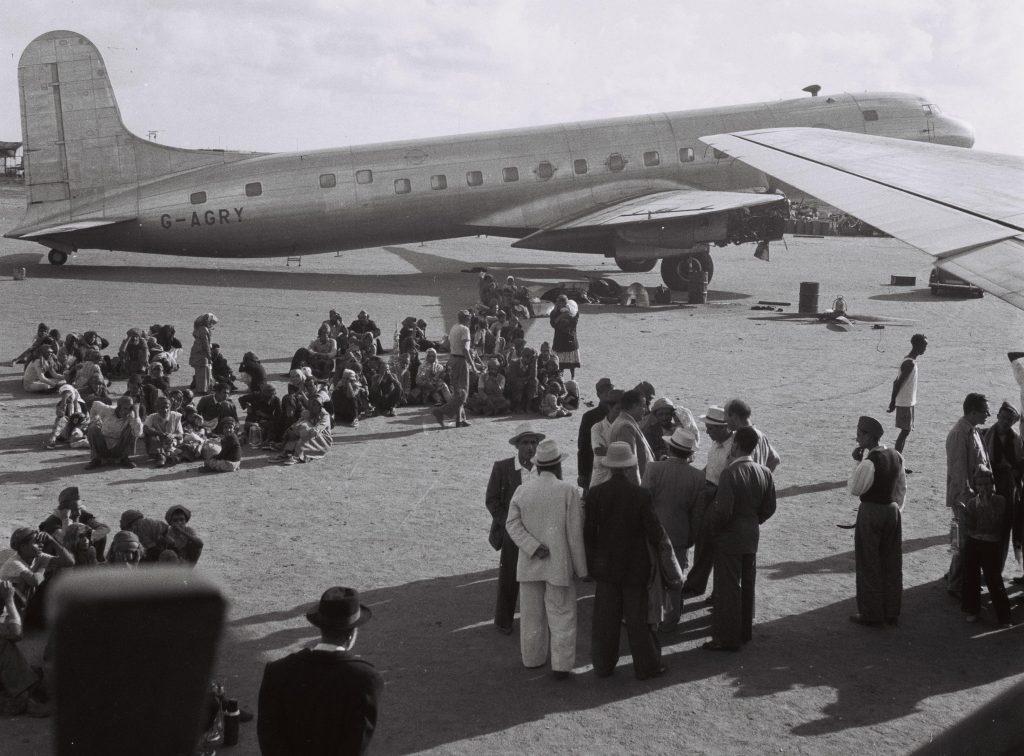 """יהודים מתימן ממתינים לטיסה לישראל בנמל התעופה בעדן, 1949 (זולטן קלוגר, לע""""מ)"""