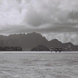 """מטוס על מסלול ההמראה בעדן לפני הטיסה לישראל, 1949 (דוד אלדן; לע""""מ)"""