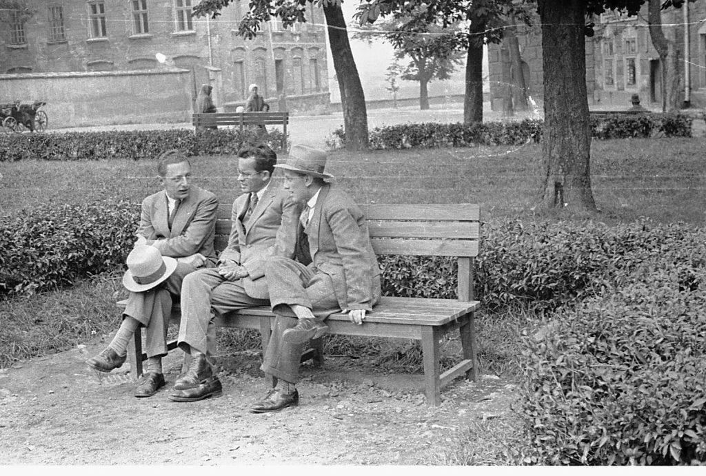 אבא אחימאיר (במרכז) בקרקוב, פולין (זאב אלכסנדרוביץ'; באדיבות ארכיון מכון ז'בוטינסקי)