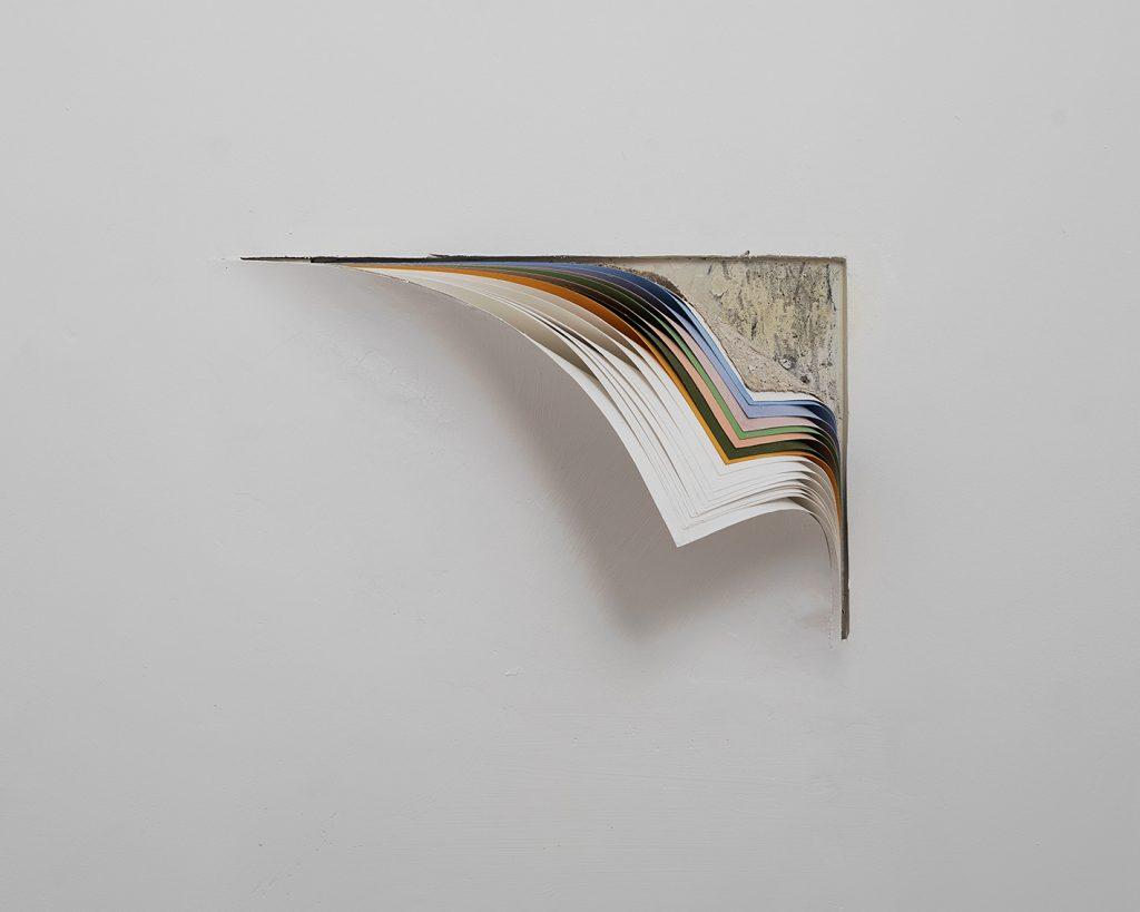 """נרדין סרוג'י, """"Layers I"""", מיצב פיסולי תלוי מקום, 2019"""